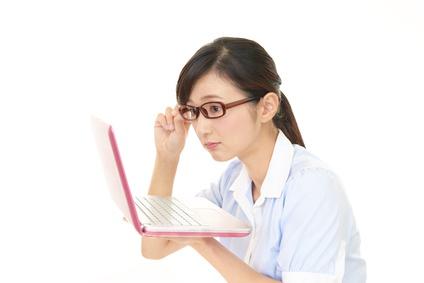 ノートパソコン仕事女性