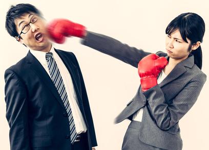 男を殴る女性